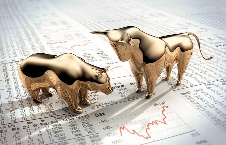 Goldene Symbolfiguren auf Finanzzeitung